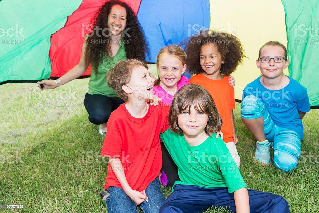 Enfants au camp d'été conseiller et - Photo