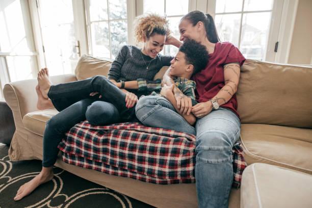 kinderen en homoseksualiteit - lesbische stockfoto's en -beelden