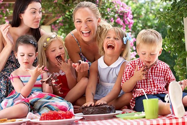 Cтоковое фото Детей и матерей, ест торт на открытый Чайная Партия