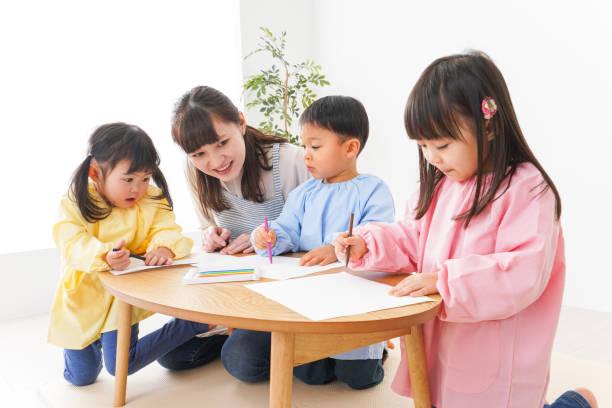 子供たちと幼稚園の先生 ストックフォト