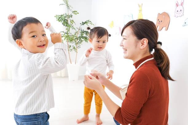 子供たちと幼稚園の先生 - 子供時代 ストックフォトと画像