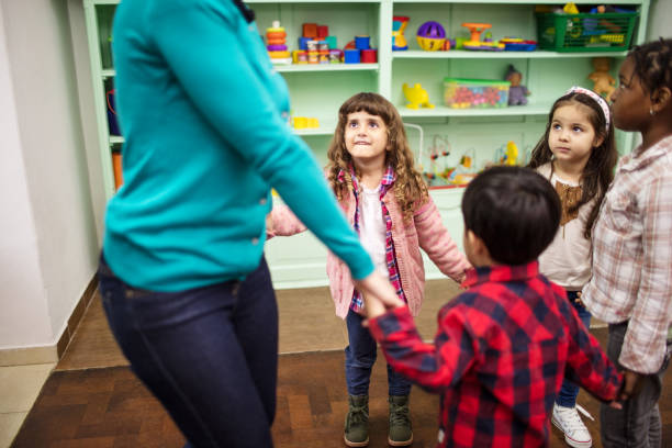 Kinder und Lehrer im Klassenzimmer zusammen spielen – Foto