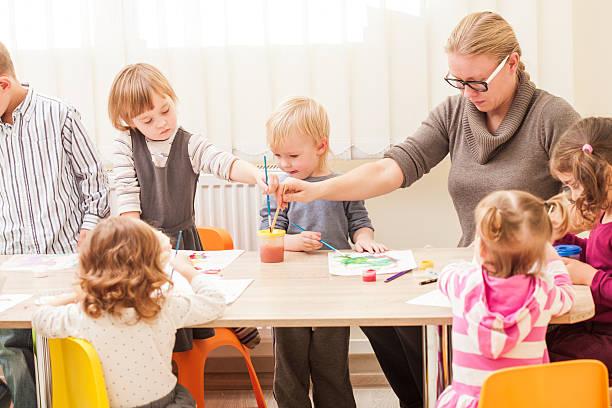 kinder malen - kindergarten workshop stock-fotos und bilder