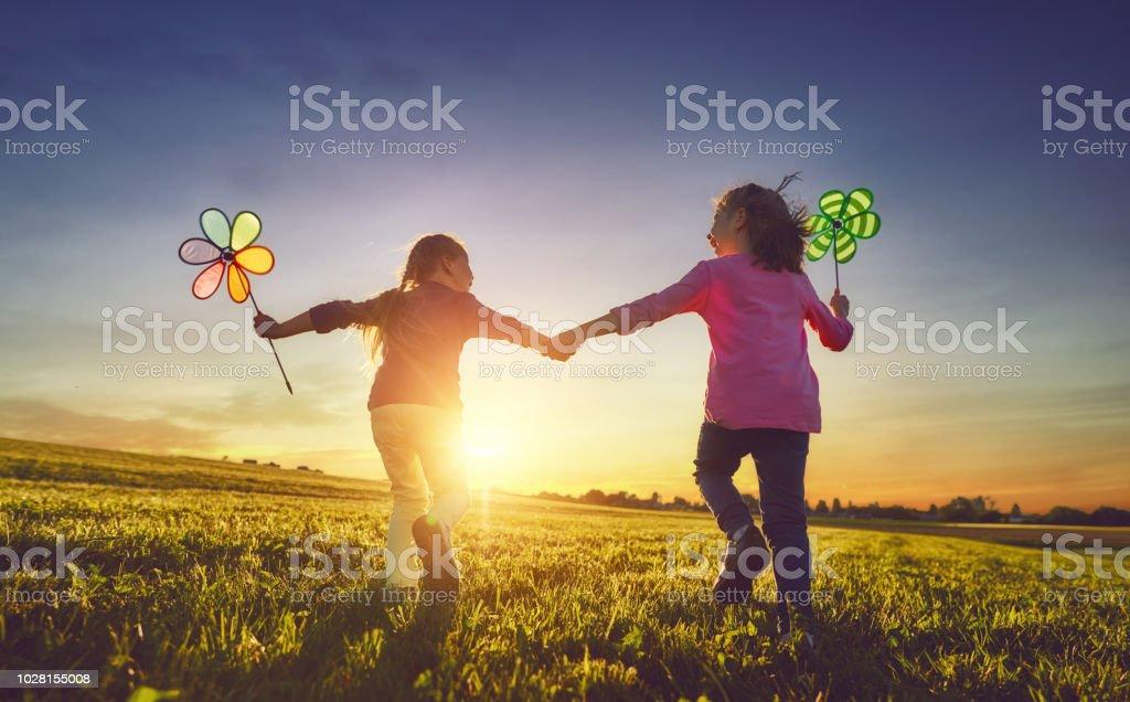 Kinder spielen auf der Wiese – Foto