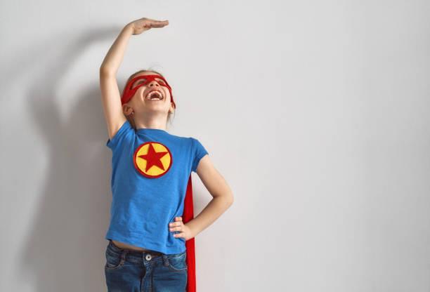 kinder sind superhelden spielen. - wachstumstabelle baby stock-fotos und bilder