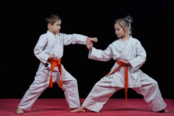 kinder sind schläge karate training. - taekwondo stock-fotos und bilder