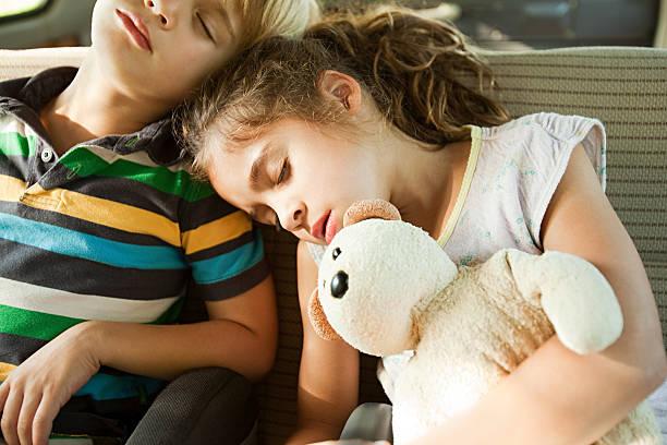 enfants qui fait la sieste dans le siège arrière de voiture - child car sleep photos et images de collection