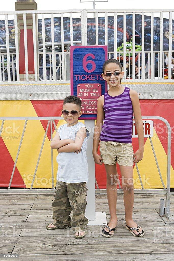 Crianças em Parque de Diversões foto de stock royalty-free