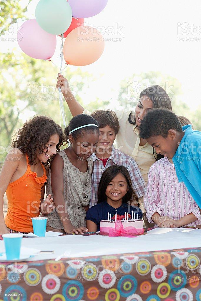 Дети на день рождения с Торт ко дню рождения стоковое фото