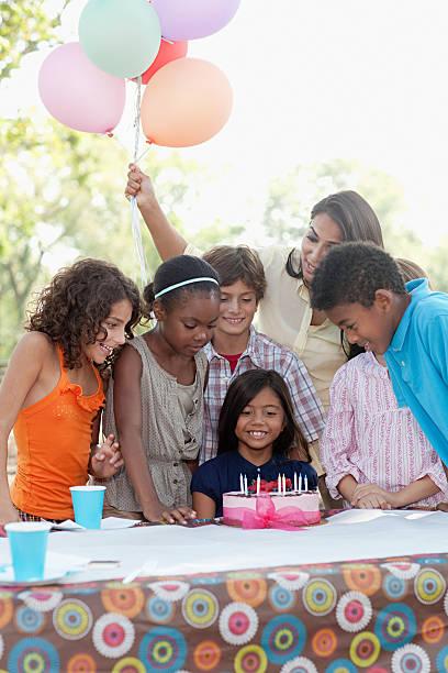 Cтоковое фото Дети на день рождения с Торт ко дню рождения