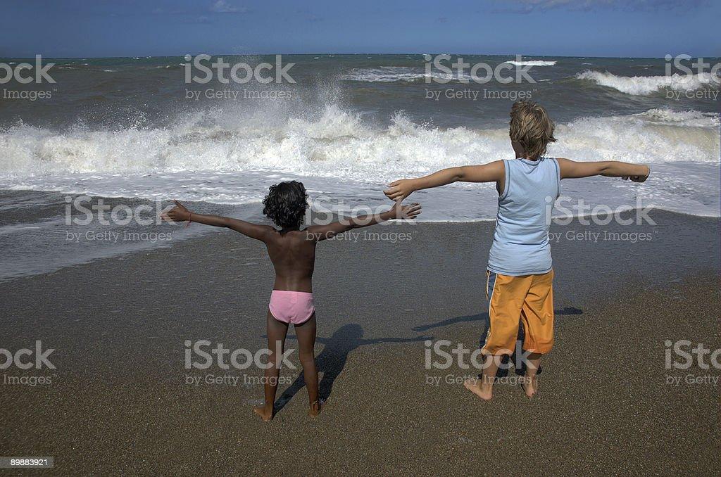 Niños en la playa foto de stock libre de derechos