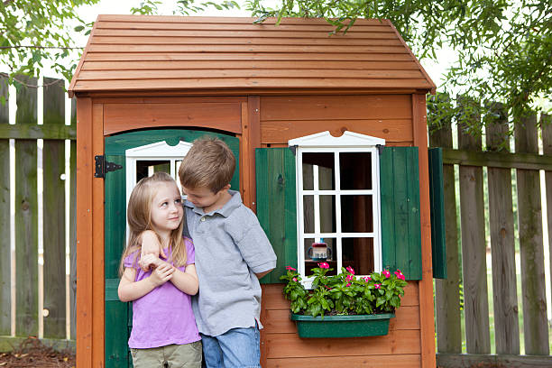 kinder im playhouse - mädchen spielhaus stock-fotos und bilder