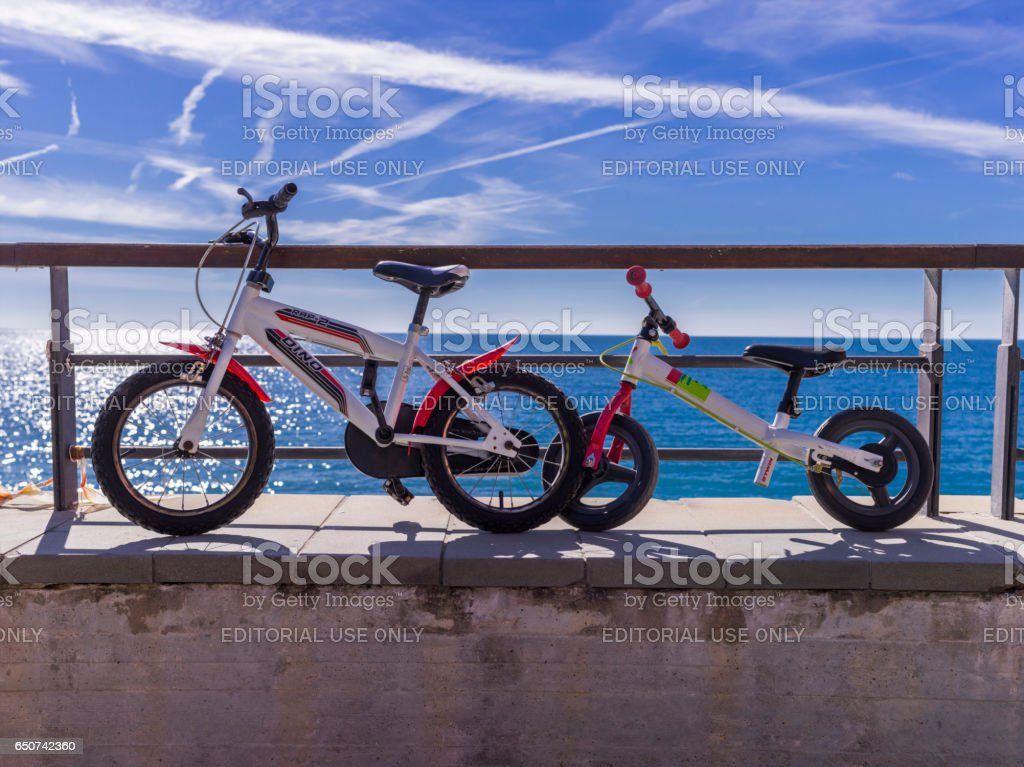 Children bicycles on a wall in the village of Monterosso - foto stock