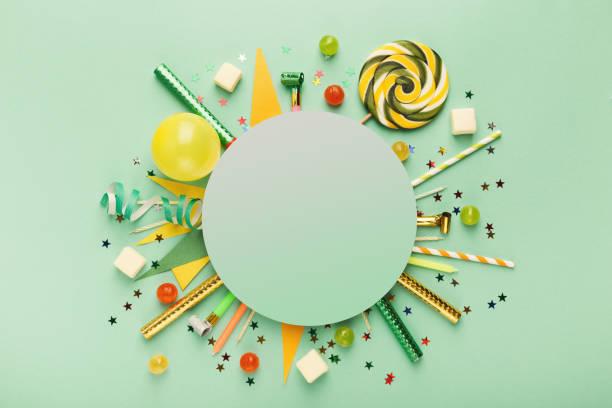 kinder-geburtstag-partei-hintergrund - einladungskarten kindergeburtstag stock-fotos und bilder