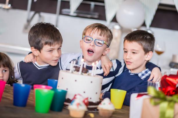 kinder geburtstag party - kinderzimmer tischleuchten stock-fotos und bilder