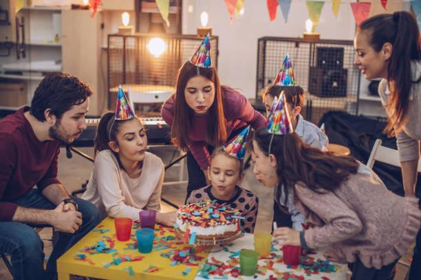 kinder geburtstag party - musik kuchen stock-fotos und bilder