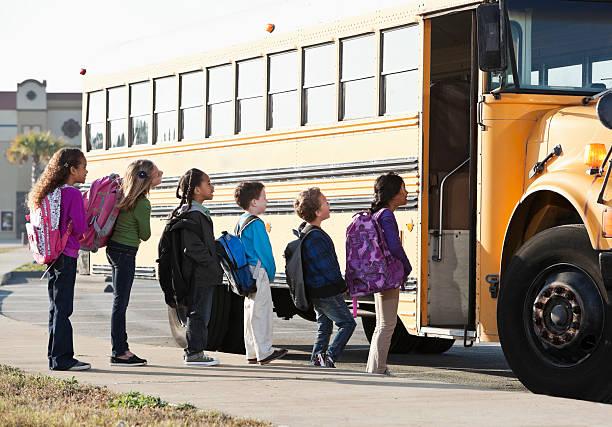 niños de embarque autobús de colegio - autobuses escolares fotografías e imágenes de stock