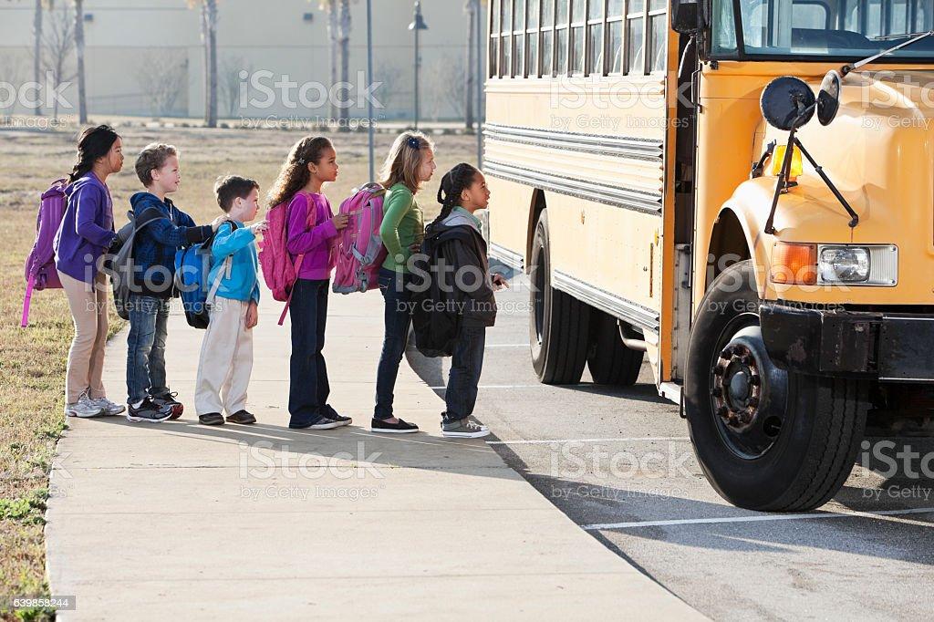Niños de embarque autobús de colegio - foto de stock