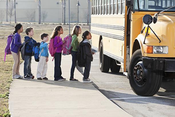 kinder boarding school bus - schwarze schlange stock-fotos und bilder