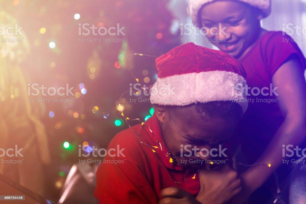 Crianças celebrando um especial em casa a tempo do Natal - foto de acervo