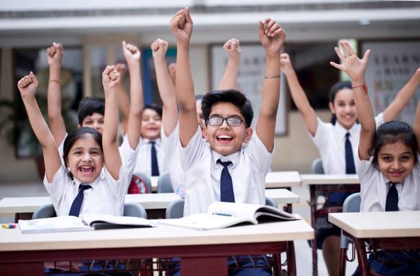 kinder jubeln im unterricht - indische kultur stock-fotos und bilder