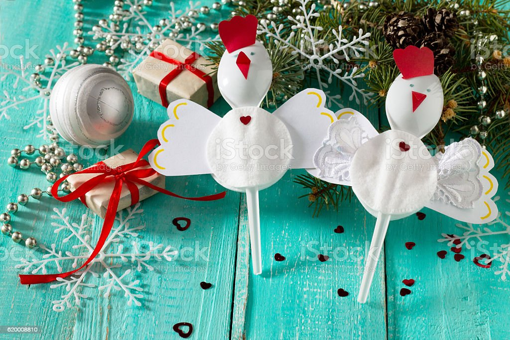 Children Cockerel create a Christmas gift toy of plastic spoons foto de stock royalty-free