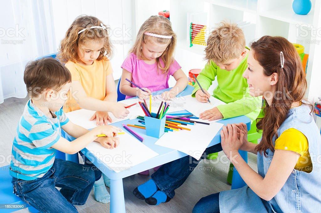 Kinder Basteln Malen Und Zeichnen Stock Fotografie Und Mehr Bilder