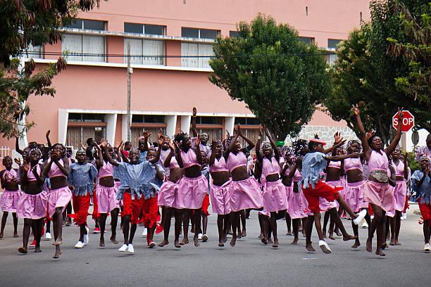 Crianças dançam na rua durante o Carnaval de Angola. - foto de acervo