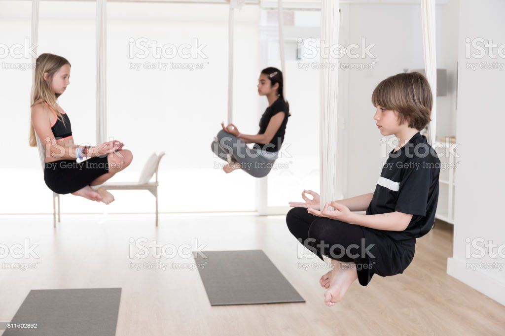 Enfants faire du yoga aérien - Photo
