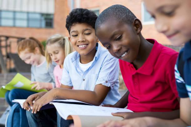 crianças fazendo lição de casa ao ar livre - pré adolescente - fotografias e filmes do acervo