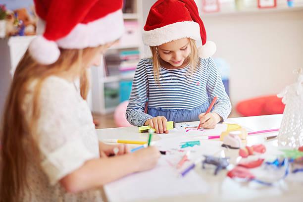 kinder ziehen ein christmas gemälde - naive malerei stock-fotos und bilder