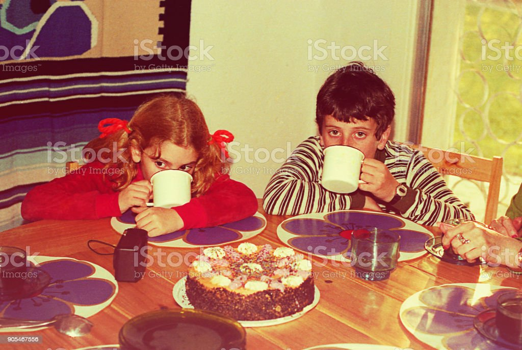 兒童飲用熱巧克力 - 免版稅1970-1979圖庫照片