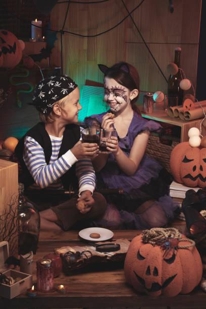 kinder halloween-snacks zu essen - piratenparty snacks stock-fotos und bilder