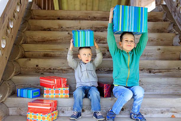Kinder genießen Sie Geschenke – Foto