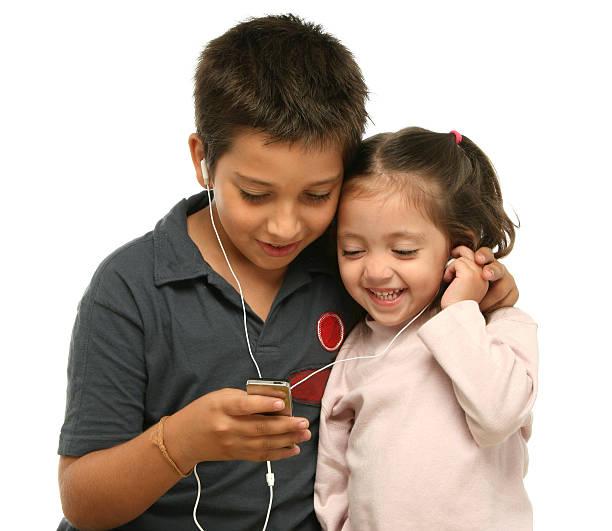 niños disfrutando de un jugador de mp4 juntos - mp4 fotografías e imágenes de stock