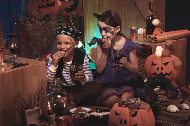 kinder freuen sich über halloween - piratenparty snacks stock-fotos und bilder