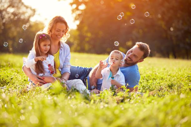 Kinder freuen sich bei der Herstellung von Seifenblasen – Foto