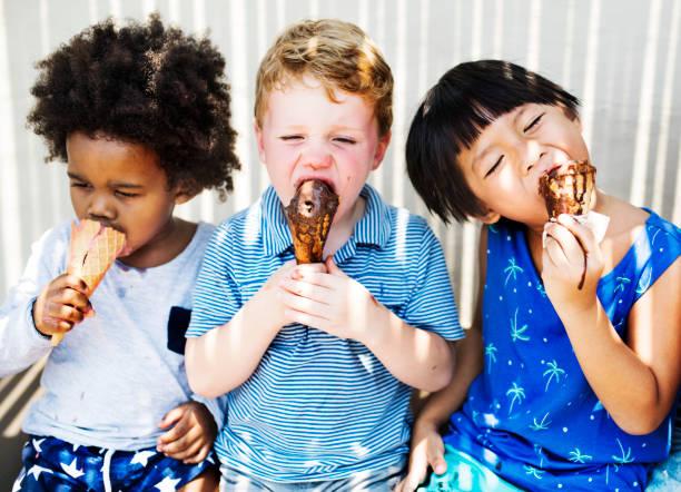 dondurma ile zevk çocuk - ice cream stok fotoğraflar ve resimler