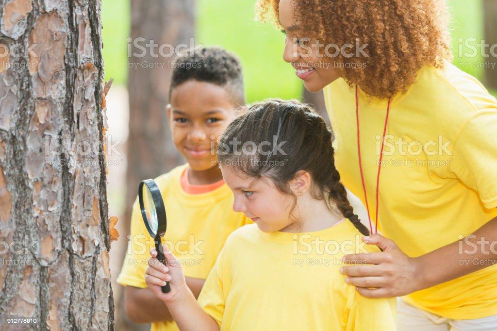 Enfants, exploration de la nature avec loupe - Photo