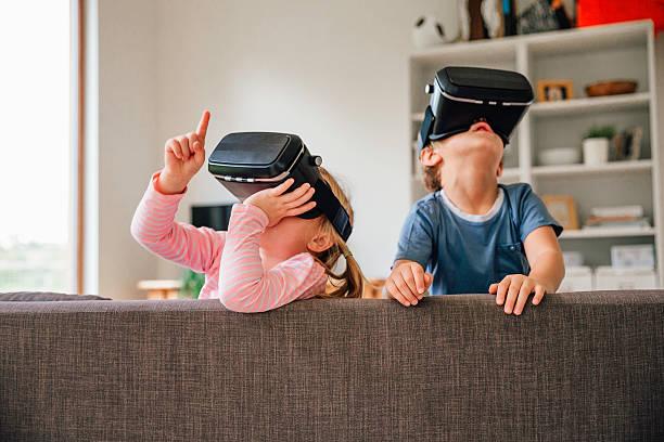 Children Exploring Virtual Reality Technology - foto de acervo