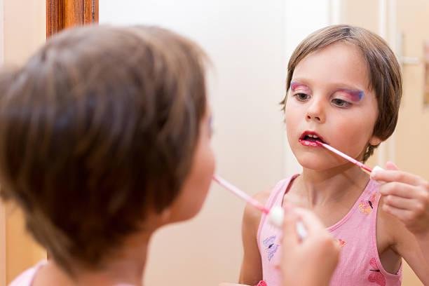 kinder mode puppe kleines mädchen lippenstift make-up - barbiekleidung stock-fotos und bilder