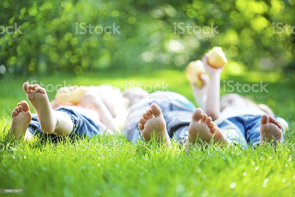 Kinder Füße in grünen Gras – Foto