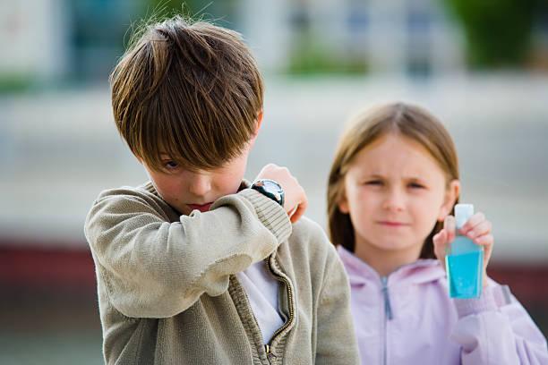 bambini malato di influenza starnutire gomito - febbre russa foto e immagini stock