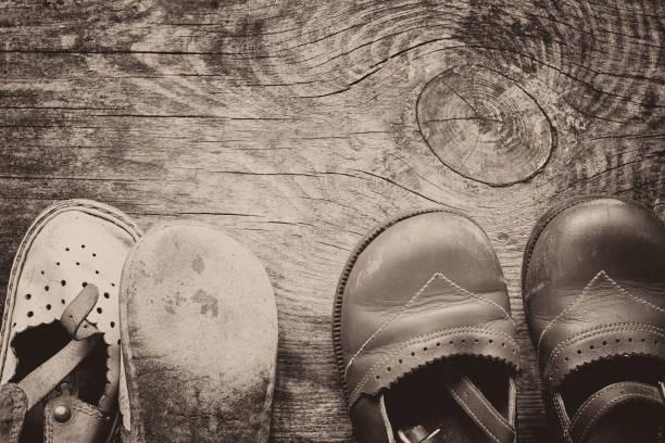 Calçado infantil em fundo de madeira vintage - foto de acervo