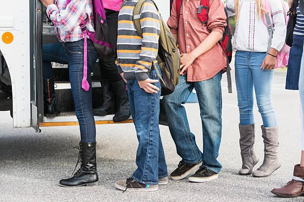 niños para llegar en autobús de colegio - autobuses escolares fotografías e imágenes de stock
