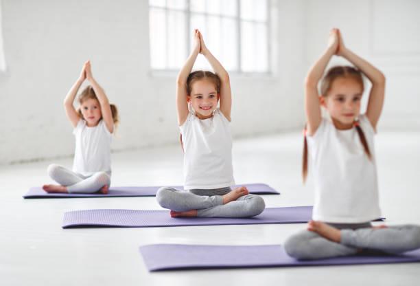 Kinder Mädchen tut Yoga und Gymnastik im Fitnessraum – Foto