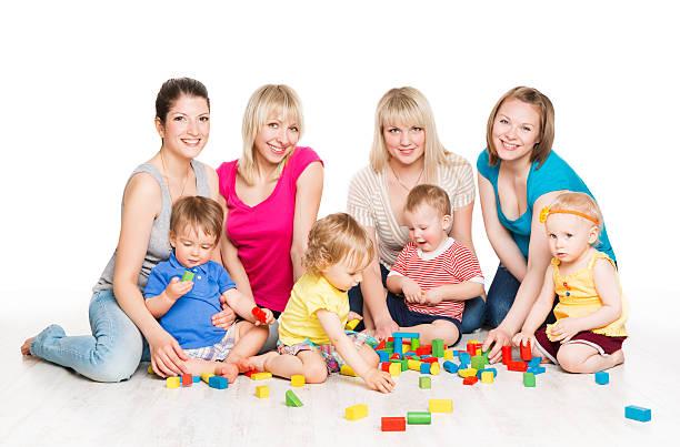 kinder gruppe, mütter spielen spielzeug blöcke.   kleine kinder, aktive babys - kindergarten workshop stock-fotos und bilder