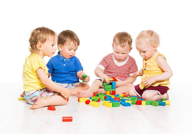 gruppe von kindern spielen spielzeug blöcke.   baby kinder frühen entwicklung - kindergarten workshop stock-fotos und bilder
