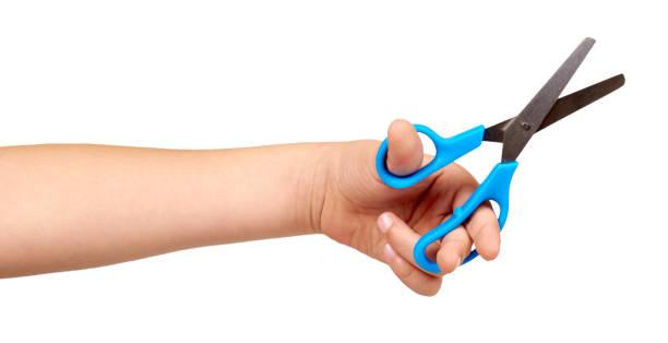 孩子們手拿藍色小剪刀,孩子們的教育工作。 - 較剪 個照片及圖片檔