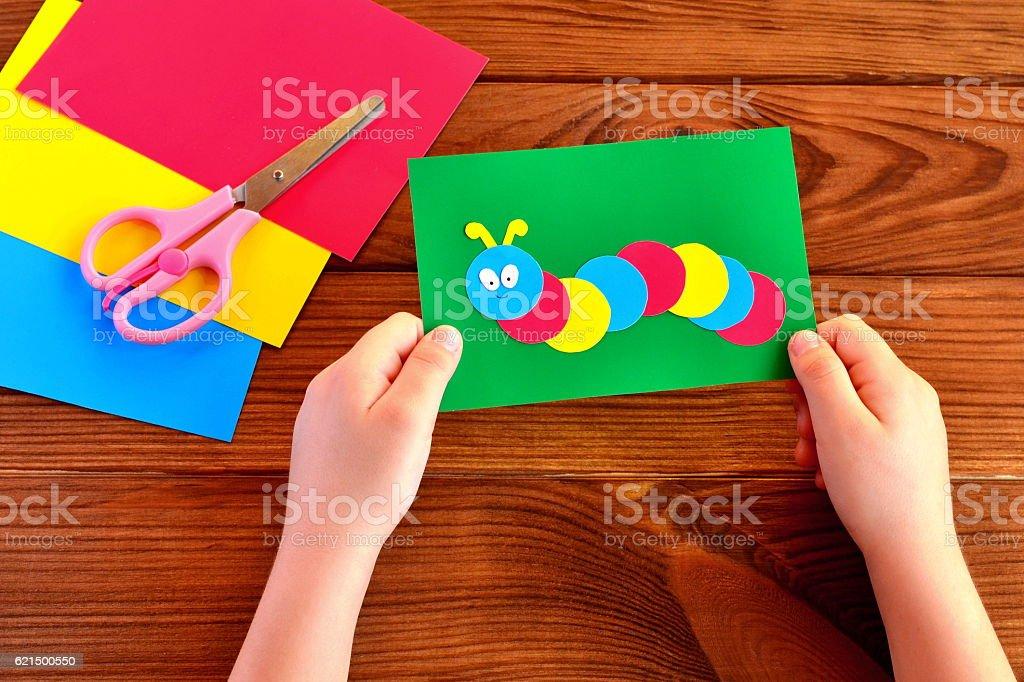 Kinder Hände halten Papier-Applikation caterpillar Lizenzfreies stock-foto